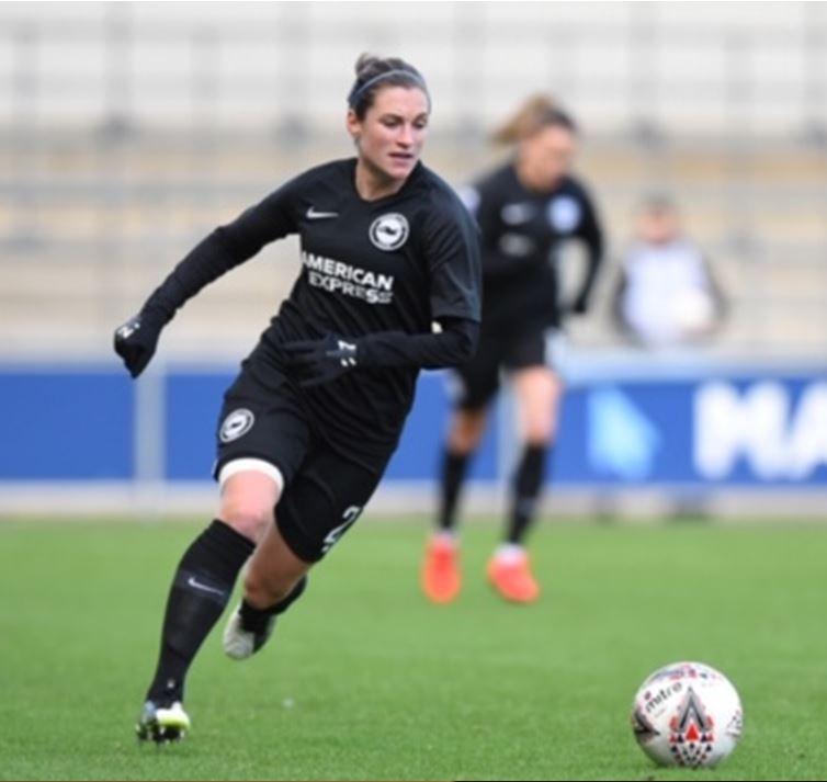 Léa heads for the ball